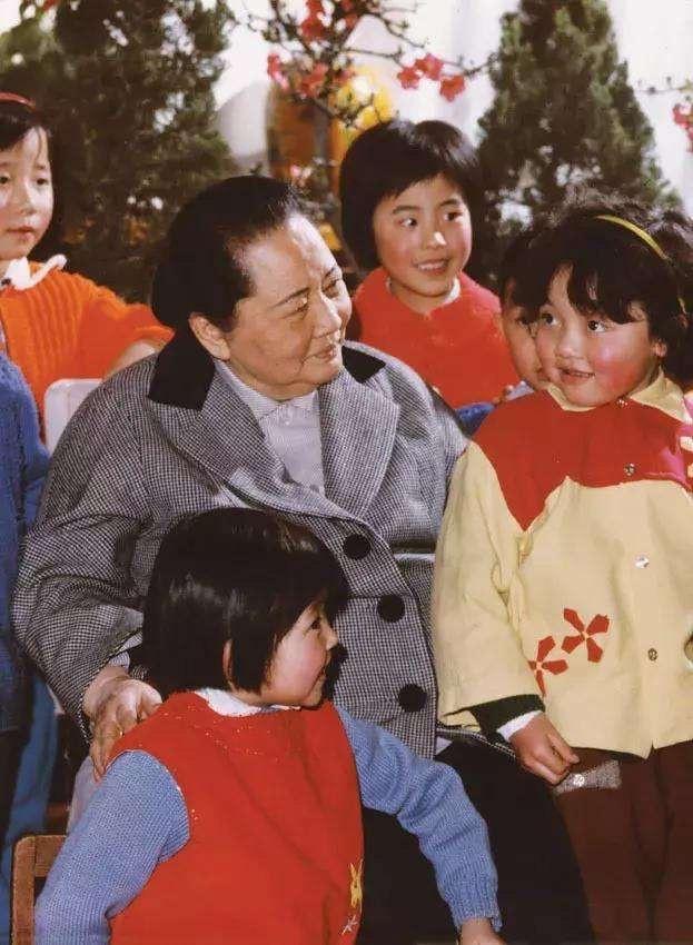 宋庆龄与幼儿园小朋友在一起