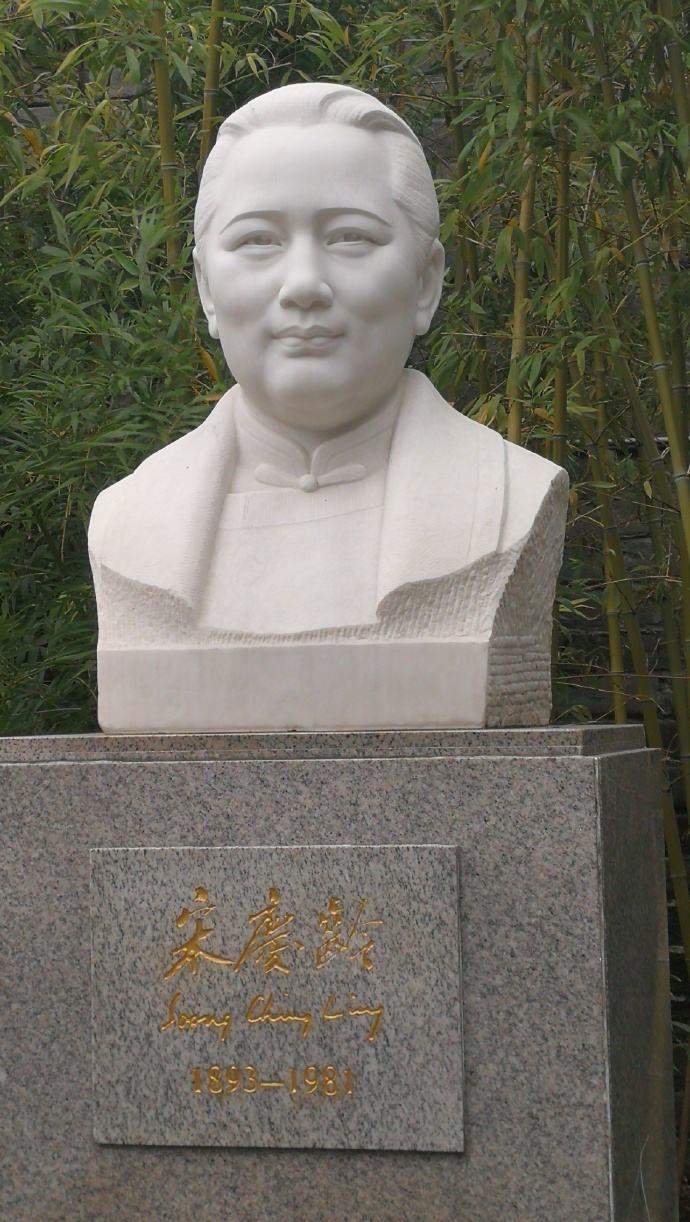 宋庆龄雕像