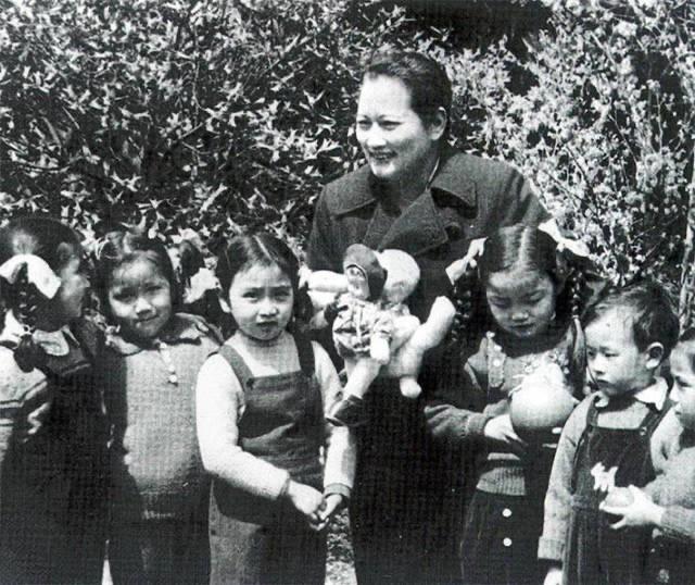 宋庆龄与少年儿童在一起